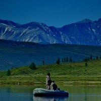 рыбалка на фоне Мунку-Сардык :: Юлия Зырянова