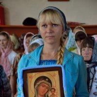 Девушка с иконой :: Алексей Тырышкин
