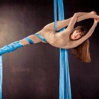 Девушка делает шпагат на полотнах :: Светлана Чуркина