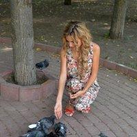 девушка с голубями :: Sacha Bouron