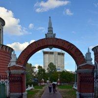Ворота Воронцовского парка(вид из парка) :: Oleg4618 Шутченко