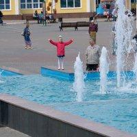 Гуляем у фонтана :: Виктор Филиппов