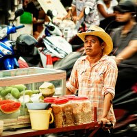 Продавец фруктов в Патонге :: Александр