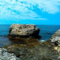 Скала омываемая морем :: Виктор Зенин