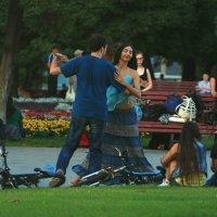Уличные танцы летним вечером :: Ирина Сивовол