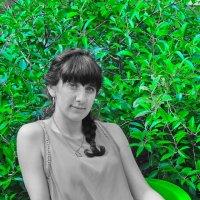 Юлька со свежей зеленью! :: Андрей Смирнов