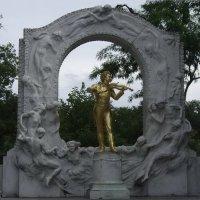 Памятник «королю вальсов» И. Штраусу в Вене :: Юрий Поляков