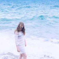 Девушка и море. :: Геннадий Оробей