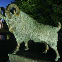 Памятник черному барану :: Елена Павлова (Смолова)