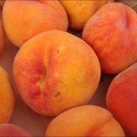 Персики с румяными щёчками :: Нина Корешкова