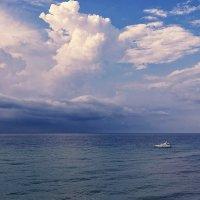 Белеет яхта одиноко, в сиянье моря голубом... :: Юрий Губков