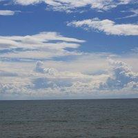 облака над морем в пасмурный день :: valeriy khlopunov