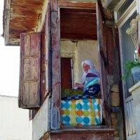 Пожилая турчанка в окне... :: Андрей