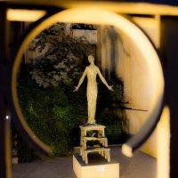 Памятник во дворе :: Андрей Синявин