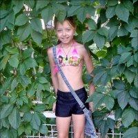 Настенька в зелёном обрамлении девичьего винограда :: Нина Корешкова