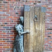 "Калининград. ""Девушка за дверью"" :: Николай"