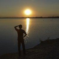 Солнце уходит за горизонт. :: юрий Амосов