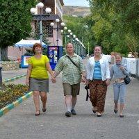На прогулке семья. :: Анатолий