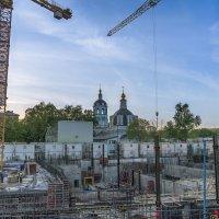 Не сразу все устроилось,  Москва не сразу строилась,  Москва слезам не верила,  А верила любви. :: Борис Гольдберг
