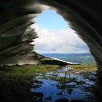 Взгляд на мир из снежной пещеры :: Галина