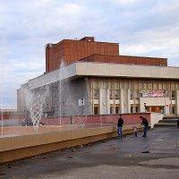 У драмтеатра отремонтировали фонтан =)) :: Елена Перевозникова