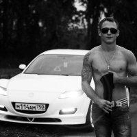 Парень у машины :: Ирина Белоусова