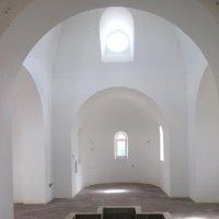 В крестильном храме. :: Михаил Попов