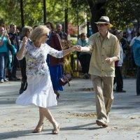 Танцы на свежем воздухе :: Александр Степовой