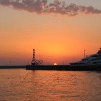В акватории порта Сочи :: valeriy khlopunov