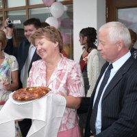 Родители ждут с хлебом, солью и шампанским :: Людмила Огнева