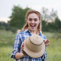 Счастливая девушка со шляпой в руках :: Юлия Ростовцева