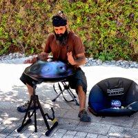 Уличный музыкант.. :: Валерий Баранчиков