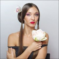 Девушка с цветком :: Инна Пивоварова