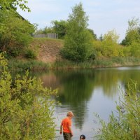 Два мальчика на узком берегу... :: Наталья Лунева