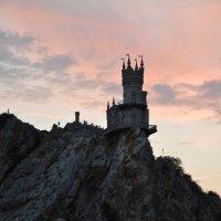 Ласточкино гнездо на закате :: Наталья Покацкая