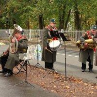 Надежд оркестик наших,  Вас утром встретит у ворот :: Владимир Гилясев