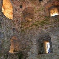 Стены  хранят  свои  тайны... :: Vladimir Semenchukov