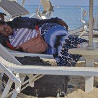 Сон на пляже или чемоданное настроение :: M Marikfoto