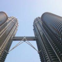 Малазия.Башни-близнецы Петронас, символ Куала- Лумпур.Высота 451,9метра :: Жанна Викторовна