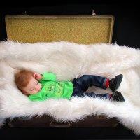 спящий мальчик в чемоданчике :: Елена Фотостудия ПаФОС