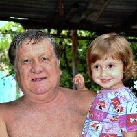 Дедуля с внучкой :: Анатолий Васильевич Белоконь