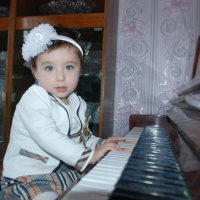 Малышка с фортепиано :: Bek Olimov