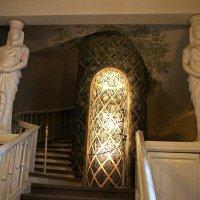 Две раскрытые двери у входа в Овальный зал указывают дорогу на второй этаж :: Елена Павлова (Смолова)