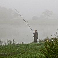 рыбак туманным утром :: Елена