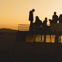 Подростки любуются закатом с крыши старого автобуса :: Sofia Rakitskaia