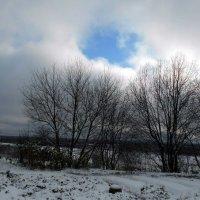 Кусочек голубого неба в сплошной белёсости октября :: Николай Туркин
