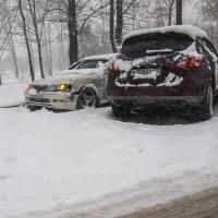 Пока дорожные службы еще не проснулись. автомобили уже кучкуются :: Николай Сапегин