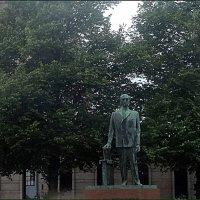 Памятник К.Стальбергу у здания парламента Финляндии :: Вера