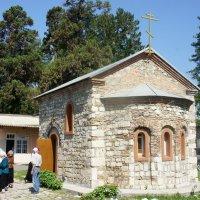 Действующая часовня  абхазских чудотворцев Ореста и Лонгина, построенная в XIX веке :: Елена Смолова