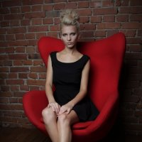 в красном кресле :: Dmitry i Mary S
